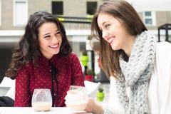 Rire et café avec des amis Photographie stock
