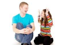 Rire et joie au garçon et à la fille Photo stock