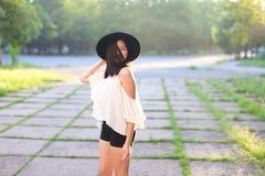 Rire gai d'émotions de coucher du soleil asiatique femelle merveilleux de chapeau photo libre de droits