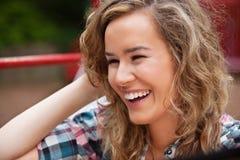 Rire gai de jeune femme image stock