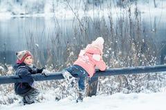 Rire heureux badine dans une belle forêt neigeuse d'hiver Images stock