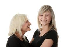 Rire heureux d'amies de jeunes femmes Photos stock