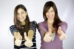Rire heureux de deux amies Images stock