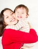 Rire heureux de maman et de bébé Photos stock