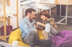 Rire heureux gai de père et de fils Image stock