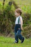 Rire joyeux de bébé garçon et jouer dans le pré de pays Images libres de droits
