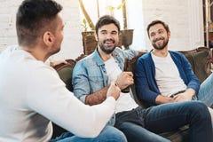Rire joyeux heureux d'hommes Photos libres de droits