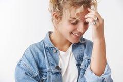 Rire riant nerveusement mignon de rougissement riant de la jeune femme 20s blonde scandinave féminine sensuelle avec du charme en photo libre de droits