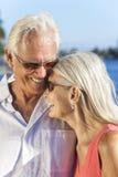Rire romantique heureux de couples de femme d'homme supérieur Image libre de droits