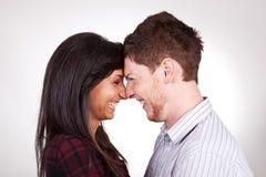 Rire tête à tête de couples Images libres de droits