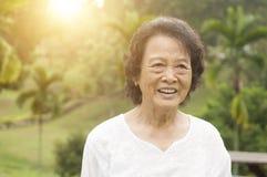 Rires asiatiques heureux de femme d'aînés extérieurs Photo stock