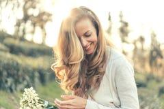 Rires de femme avec plaisir photos stock
