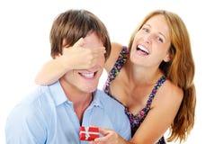 Rires de femme quand elle étonne son ami Photo stock