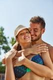 Rires et étreintes de couples heureusement Photo libre de droits