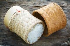 Ris i bambukorg Arkivbild