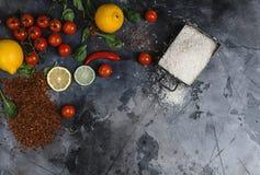 Ris i behållare, kryddor och grönsaker på skrapade grå färger ytbehandlar Fotografering för Bildbyråer