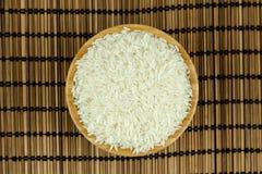 Ris i bunken på traditionellt asiatiskt mattt för platta royaltyfri fotografi