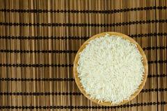 Ris i bunken på traditionellt asiatiskt mattt för platta royaltyfri foto