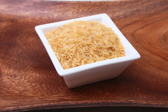Ris i en bunke på träbakgrund Ordna till för att laga mat Royaltyfria Bilder