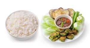 Ris i en vit bunkechili klistrar thai stil Arkivfoto