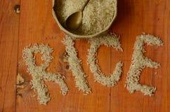 Ris i tappning bowlar med tappningteskeden på träbakgrund, reis, arroz, risoen, riz, риÑ- Arkivbilder