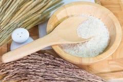 Ris i träbunke Arkivfoton