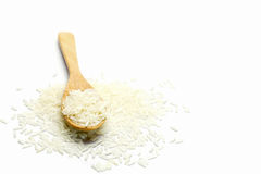 Ris i träsked på vit bakgrund Arkivbild