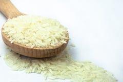 Ris i träskeden på isolerad vit bakgrund arkivbild