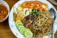 Ris med den grillade grisköttstöd, omelett, griskötthud och grönsaken Royaltyfri Bild
