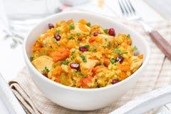Ris med grönsaker, höna och granatäpplet royaltyfri foto