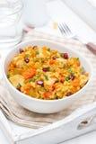 Ris med grönsaker, höna och granatäpplet, lodlinje royaltyfri foto
