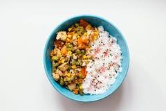 Ris med grönsaker: morötter och havre, haricot vert, ärtor med pumpafrö och kryddor på vit bakgrund Top beskådar fotografering för bildbyråer