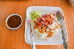 Ris med grillat griskött och djupt stekt griskött överst Royaltyfria Foton