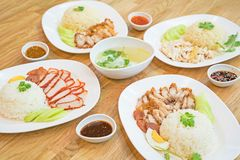 Ris med grillat rött griskött + frasig grillad stil för bukgrisköttchinise på ris + Hainanese fega ris, den thailändska gourmet å fotografering för bildbyråer