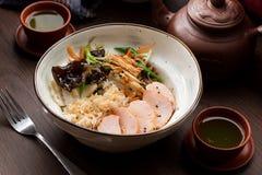 Ris med höna och champinjoner i en asiatisk restaurang royaltyfri bild