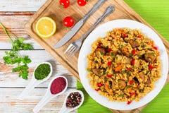 Ris med kött, peppar, grönsaker och kryddor på maträtt Royaltyfri Foto