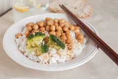 Ris med kikärtar och broccoli Arkivfoton