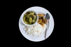 Ris med lagade mat knipan för fisk den curry. Arkivfoto