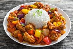 Ris med söta och sura stekte grisköttstora bitar med grönsaker Royaltyfria Bilder