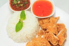 Ris med stekt kyckling och thailändsk stilsås och chilisås Royaltyfri Bild