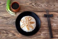 Ris med tioarmade bläckfisken ringer på wood lantlig bakgrund Royaltyfria Foton