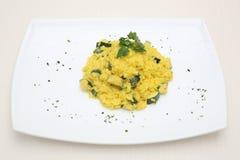 Ris med zucchinin och curry Arkivbild