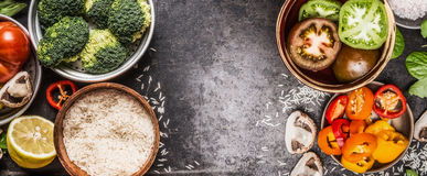 Ris och grönsaker som lagar mat ingredienser i bunkar på mörk lantlig bakgrund, baner Sund och vegetarisk mat eller bantar näring arkivfoton