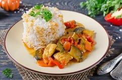 Ris och ragu med höna och grönsaker arkivbild