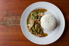 Ris som överträffas med stekt griskött och basilika Royaltyfri Fotografi