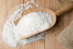 Ris som faller ut ur träskeden Fotografering för Bildbyråer