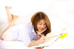 Risa adolescente tailandesa con el cuaderno Ipad Foto de archivo