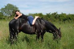 Risa adolescente y caballo Imagenes de archivo