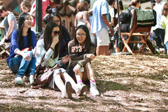 Risa asiática de los adolescentes mientras que toma la foto con el palillo de Selfie Foto de archivo libre de regalías