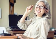 Risa asiática mayor de la mujer, borrosa en la acción Foto de archivo